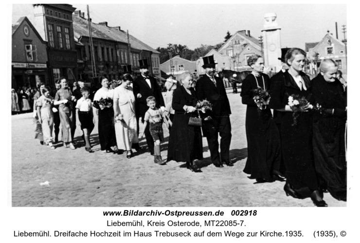 Liebemühl. Dreifache Hochzeit im Haus Trebuseck auf dem Wege zur Kirche.1935