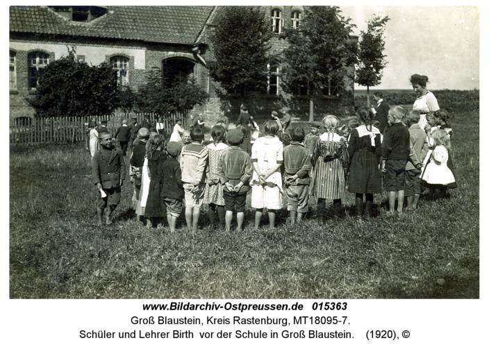 Schüler und Lehrer Birth vor der Schule in Groß Blaustein