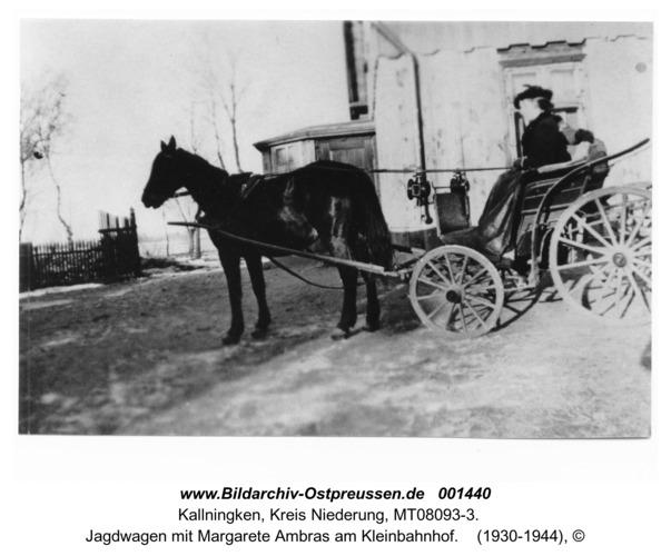 Kallningken, Jagdwagen mit Margarete Ambras am Kleinbahnhof