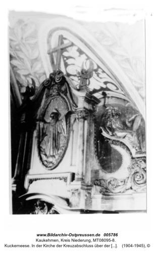 Kuckerneese. In der Kirche der Kreuzabschluss über der Kanzel mit segnendem Jesus