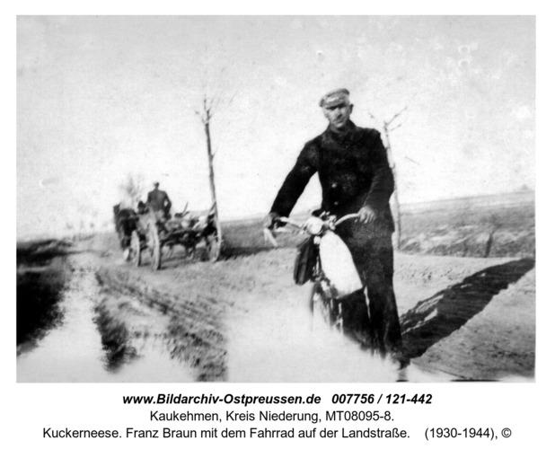 Kuckerneese. Franz Braun mit dem Fahrrad auf der Landstraße
