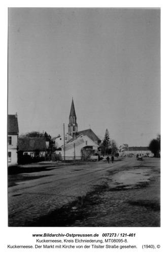 Kuckerneese. Der Markt mit Kirche von der Tilsiter Straße gesehen