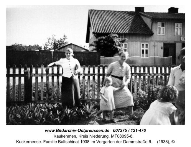 Kuckerneese. Familie Baltschinat 1938 im Vorgarten der Dammstraße 6