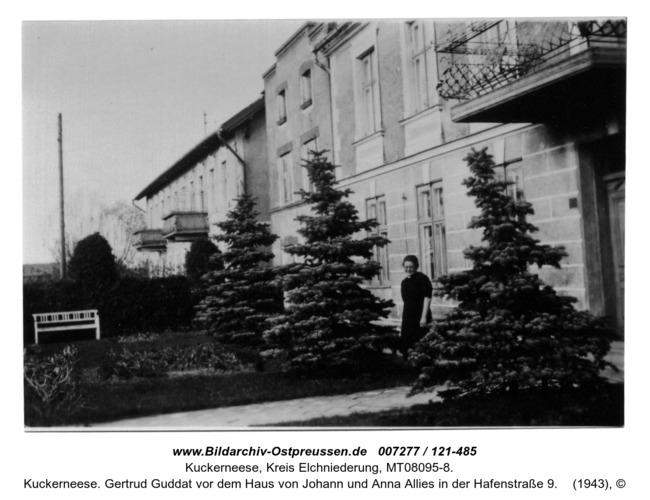 Kuckerneese. Gertrud Guddat vor dem Haus von Johann und Anna Allies in der Hafenstraße 9