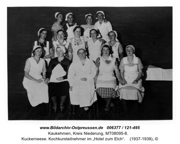 """Kuckerneese. Kochkursteilnehmer im """"Hotel zum Elch"""""""