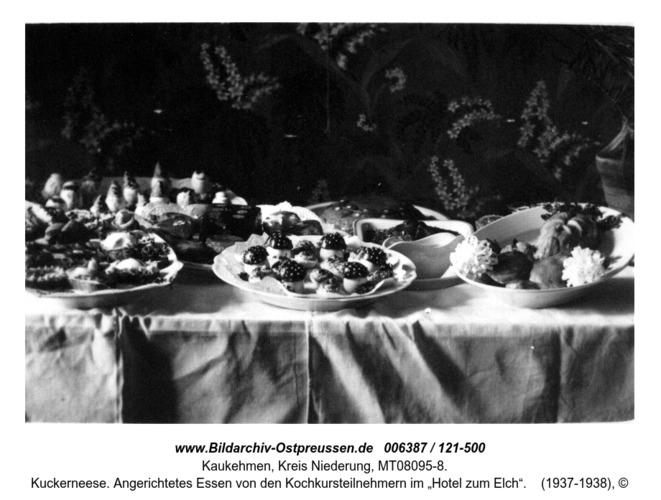 """Kuckerneese. Angerichtetes Essen von den Kochkursteilnehmern im """"Hotel zum Elch"""""""