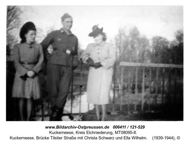 Kuckerneese. Brücke Tilsiter Straße mit Christa Schwarz und Ella Wilhelm