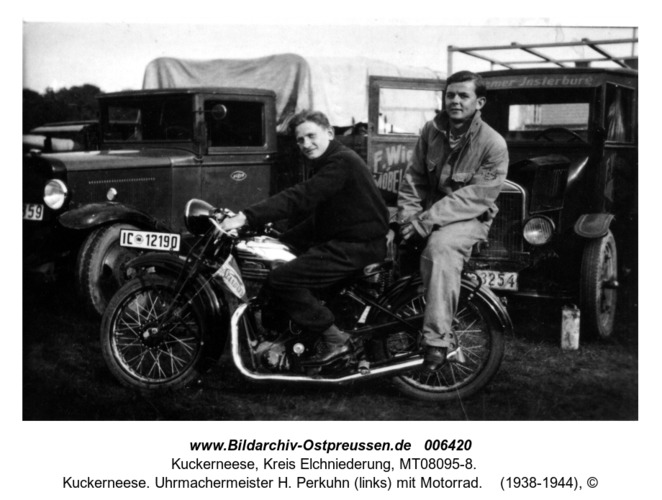Kuckerneese. Uhrmachermeister H. Perkuhn (links) mit Motorrad