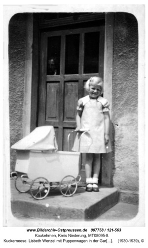 Kuckerneese. Lisbeth Wenzel mit Puppenwagen in der Gartenstraße 3