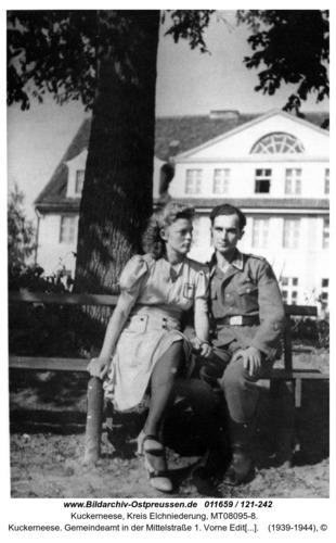 Kuckerneese. Gemeindeamt in der Mittelstraße 1. Vorne Edith Samel mit Verlobtem