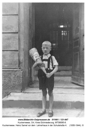Kuckerneese. Heinz Samel vor dem Lehrerhaus in der Schulstraße 4