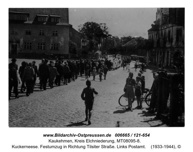 Kuckerneese. Festumzug in Richtung Tilsiter Straße. Links Postamt