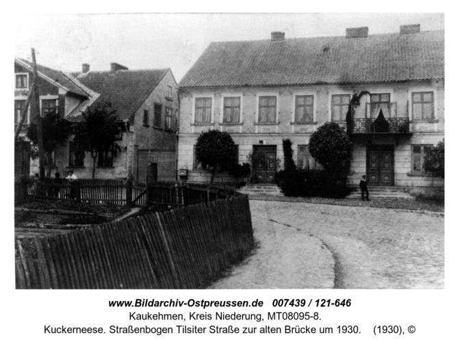 Kuckerneese. Straßenbogen Tilsiter Straße zur alten Brücke um 1930