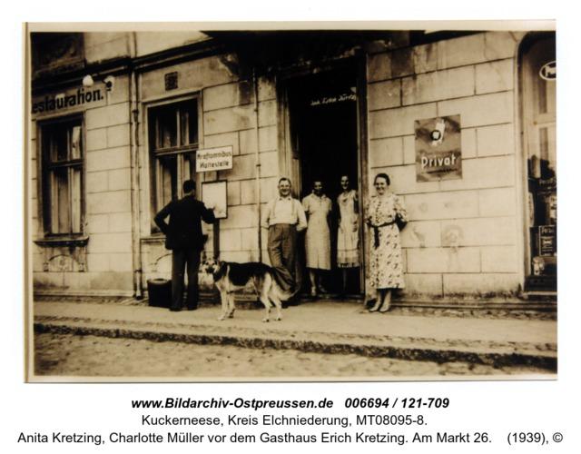 Kuckerneese. Johannes Müller, Anita Kretzing, Charlotte Müller vor dem Gasthaus Erich Kretzing. Am Markt 26