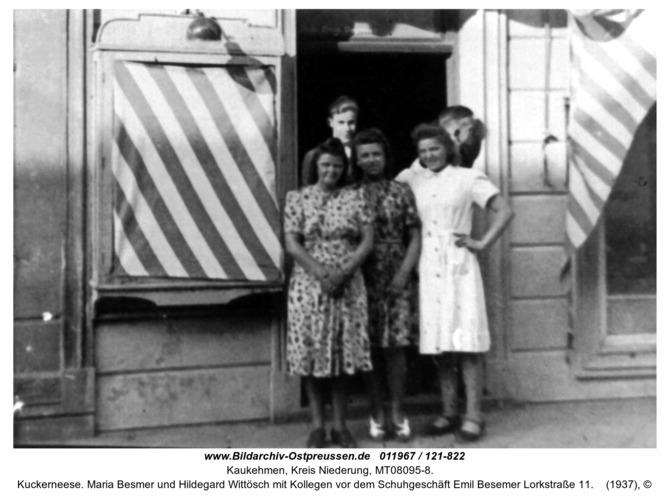 Kuckerneese. Maria Besmer und Hildegard Wittösch mit Kollegen vor dem Schuhgeschäft Emil Besemer Lorkstraße 11