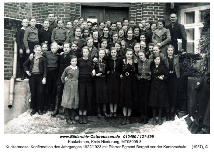 Kuckerneese. Konfirmation des Jahrganges 1922/1923 mit Pfarrer Egmont Bergatt vor der Kantorschule
