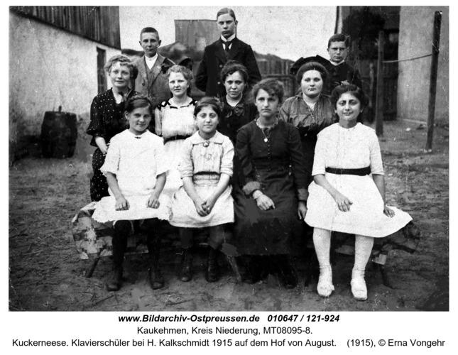 Kuckerneese. Klavierschüler bei H. Kalkschmidt 1915 auf dem Hof von August