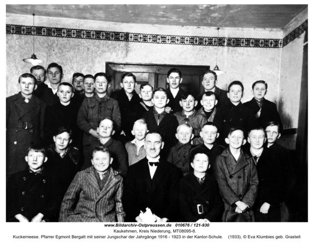 Kuckerneese. Pfarrer Egmont Bergatt mit seiner Jungschar der Jahrgänge 1916 - 1923 in der Kantor-Schule