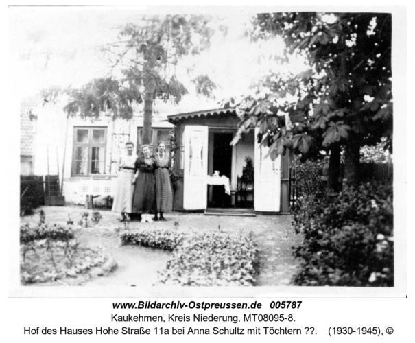 Kaukehmen,  Hof des Hauses Hohe Straße 11a bei Anna Schultz mit Töchtern ??