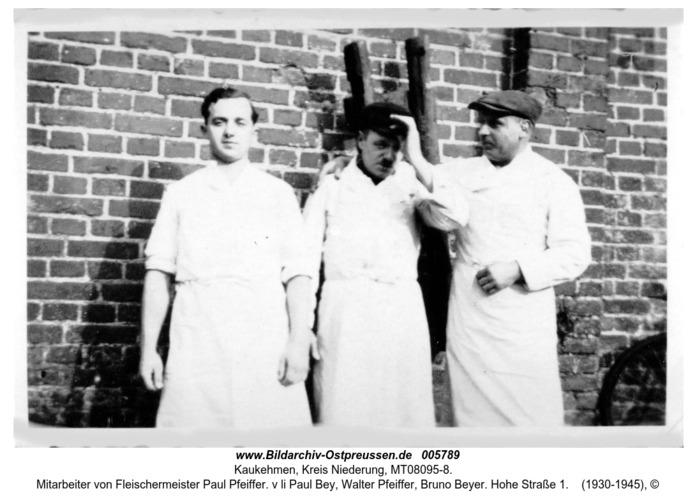 Kaukehmen, Mitarbeiter von Fleischermeister Paul Pfeiffer. v li Paul Bey, Walter Pfeiffer, Bruno Beyer. Hohe Straße 1