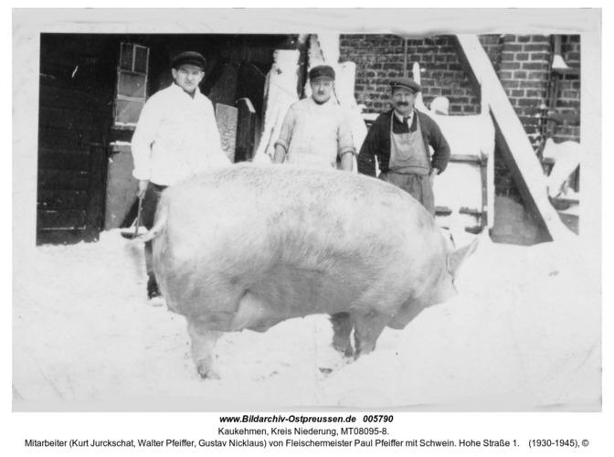 Kaukehmen, Mitarbeiter (Kurt Jurckschat, Walter Pfeiffer, Gustav Nicklaus) von Fleischermeister Paul Pfeiffer mit Schwein. Hohe Straße 1