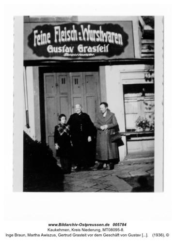 Kaukehmen, Inge Braun, Martha Awiszus, Gertrud Grasteit vor dem Geschäft von Gustav Grasteit. Fleischermeister in der Gartenstraße 4