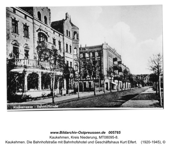 Kaukehmen. Die Bahnhofstraße mit Bahnhofshotel und Geschäftshaus Kurt Elfert