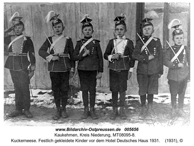 Kuckerneese. Festlich gekleidete Kinder vor dem Hotel Deutsches Haus 1931