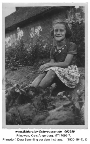 Primsdorf. Dora Semmling vor dem Insthaus