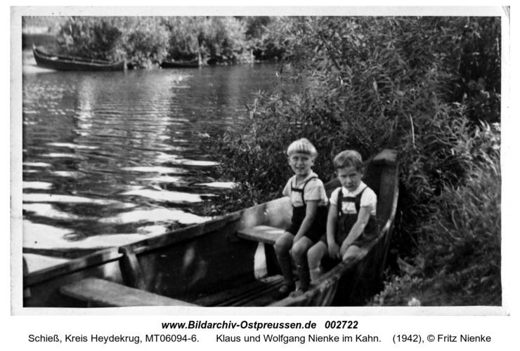 Schieß, Klaus und Wolfgang Nienke im Kahn
