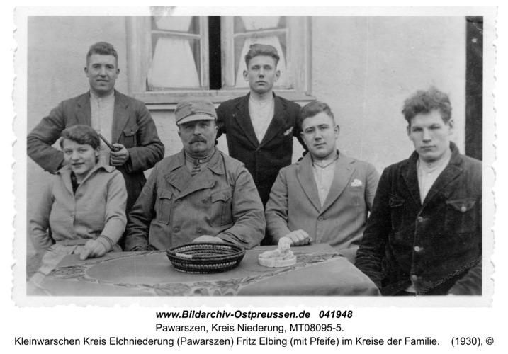 Kleinwarschen Kreis Elchniederung (Pawarszen) Fritz Elbing (mit Pfeife) im Kreise der Familie