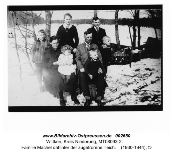 Wittken, Familie Machel dahinter der zugefrorene Teich
